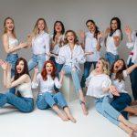 conceito-de-solidariedade-de-mulheres-equipe-feminina-jovem-feliz-e-elegante-posando-de-jeans_132075-8121